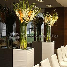 Postumenty z kwiatami – dekoracja sali w Hotelu Barczyzna