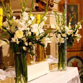 Bukiety kwiatów przy tabernakulum