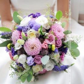 Naturalny bukiet ślubny w odcieniach fioletu