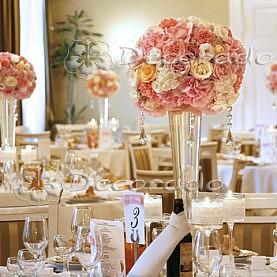 Romantyczne pastele kwiatów skąpane w świetle świec w oprawie z koronki