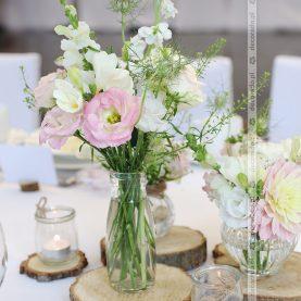 Delikatne kwiaty, plastry drewna, świece – dekoracja vintage w Hotelu Barczyzna