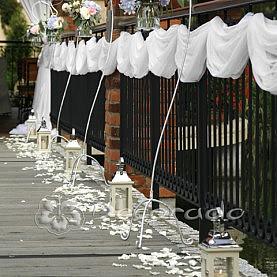 Latarenki i kwiatowa alejka – dekoracja ślubu cywilnego w plenerze Villa Natura