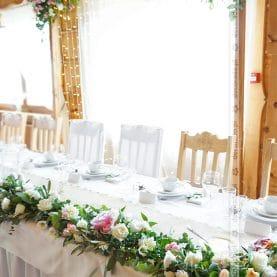 Stylowa dekoracja stołu prezydialnego – Dekoracja w Karczmie na Lednicy