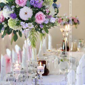Kompozycje i wianki kwiatowe – dekoracja ślubna sali w Dworku Fantazja
