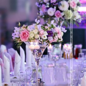 Kwiaty w świetle świec – wystrój sali – Dworek Fantazja