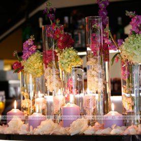 Szkło, świece, zatopione kwiaty – aranżacja na barze – Dworek Fantazja