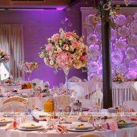 Romantyczne kompozycje z kwiatów – ślubny wystrój sali – Cysters Mironice