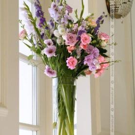 Bukiet kwiatów w wysokim wazonie