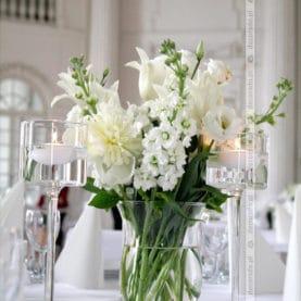 Bukiety białych kwiatów – dekoracja sali balowej Pałacu w Rydzynie