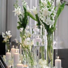 Kwiaty, szkło, świece – dekoracja na fortepianie