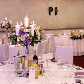Przestrzenne, naturalne kompozycje na świecznikach w Hotelu Remes