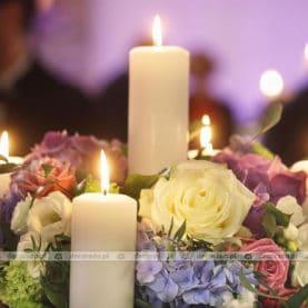 Kwiaty w świetle świec