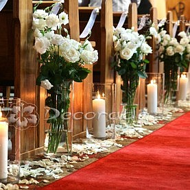 Bukiety białych kwiatów w blasku świec – Kościół w Rokietnicy