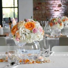 Żywe kolory kwiatów na szklanych kulach
