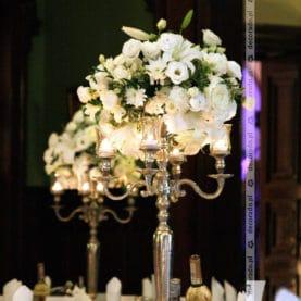 Białe eleganckie kwiaty na wysokich kandelabrach – dekoracja ślubna Pałacu Wąsowo