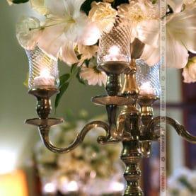 Lampiony i kwiaty na kandelabrach – dekoracja ślubna w Pałacu Wąsowo