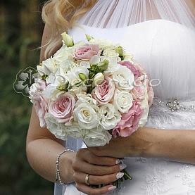 Pastelowy róż w wiązance ślubnej