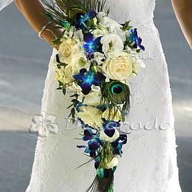 Oryginalny bukiet ślubny – pawie pióra w kwiatach