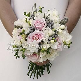 Delikatny bukiet ślubny układany w ręce