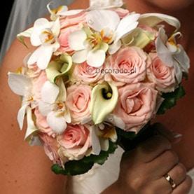 Pudrowy róż z czystą bielą w romantycznym ślubnym bukiecie