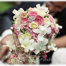 Ażurowy bukiet ślubny – róż i biel