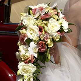 Kaskada kwiatów w wiązance ślubnej