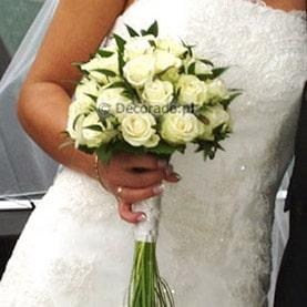 Białe kwiaty i zielone dodatki