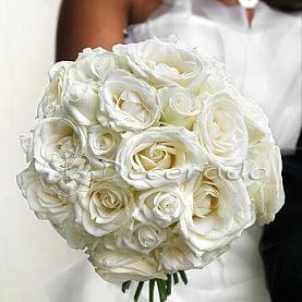 Białe róże w bukiecie ślubnym