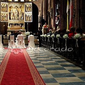 Kule gipsówki z elegancką różą – dekoracja Katedry Poznańskiej