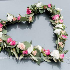 Romantyczne serce z kwiatów – dekoracja samochodu