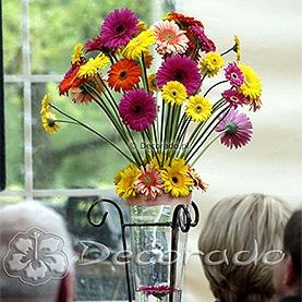 Prostota gerbery w żywych kolorach – dekoracja tarasu Restauracji Meridian