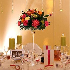 Eleganckie kwiatowe kule w żywych kolorach -namiot przy Pałacu w Wąsowie