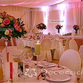 Kwiaty, szkło, świece i nastrojowe oświetlenie – dekoracja namiotu przy Pałacu w Wąsowie