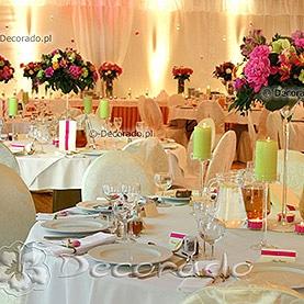 Przepych kolorowych kwiatów w nastrojowym oświetleniu – dekoracja w namiocie przy Pałacu w Wąsowie
