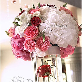 Kwiatowe kule – biel i róż z delikatnym akcentem czerwieni – Hotel Pietras