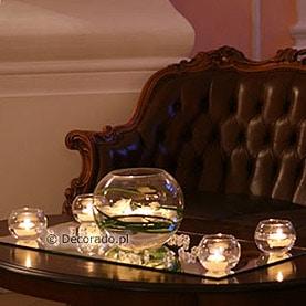 Świece, szkło, kwiaty – aranżacja na lustrach – hol Pałacu w Rydzynie