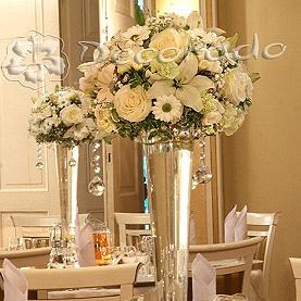 Kwiatowe kule w bieli – dekoracja Pałacu w Biedrusku