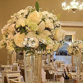Białe kwiaty, szkło, kryształy – ślubny wystrój Pałacu w Biedrusku