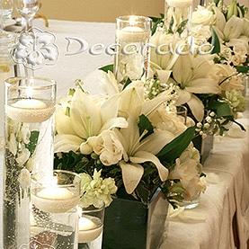 Stół prezydialny – kwiaty w blasku świec – Pałac Biedrusko