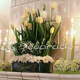 Wiosenne tulipany na kominku – sala balowa w Pałacu w Biedrusku