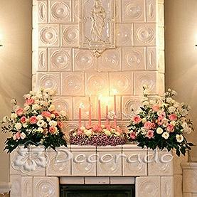 Kwiaty i świece – kominek w Pałacu w Biedrusku
