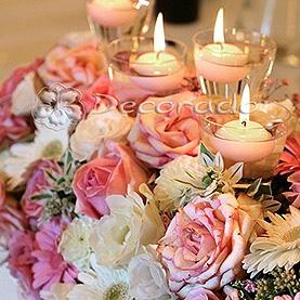 Różowe kwiaty w blasku świec – Pałac w Biedrusku