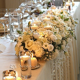 Kwiaty i świece na stole prezydialnym – dekoracja Hotelu Sułkowski w Boszkowie