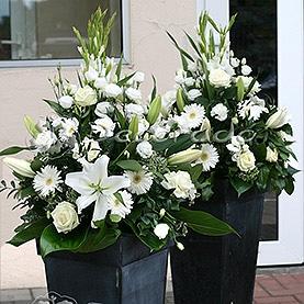 Ślubne kwiaty przed wejściem do Hotelu Sułkowski