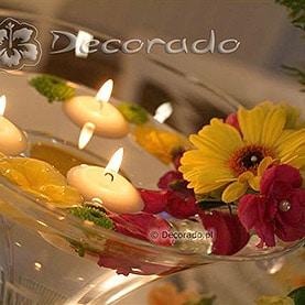 Świece, szkło i żywe kolory kwiatów – dekoracja sali w Villa Natura