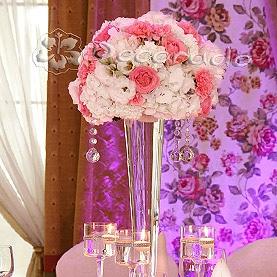 Elegancko i romantycznie – kwiatowe kule na wysokich wazonach – Pałac na Opieszynie