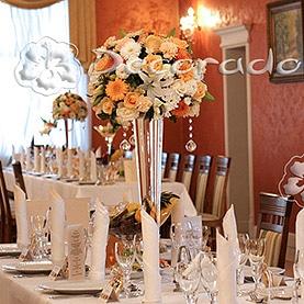 Kwiaty, szkło, świece i kryształy – elegancka dekoracja w Róży Poraji