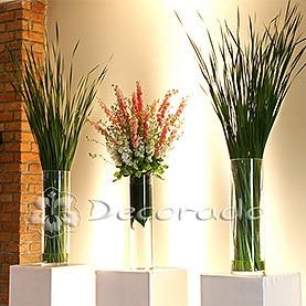 Aranżacja florystyczna na postumentach w świetle reflektorów – Hotel Remes