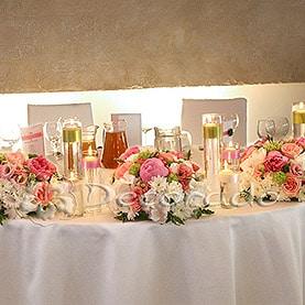 Kwiatowe kule na stole prezydialnym – Hotel Remes