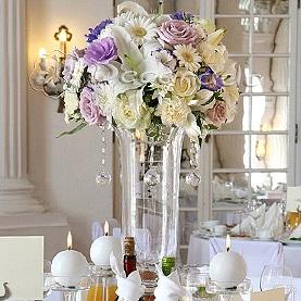 Kompozycje na eleganckich wysokich wazonach – Pałac w Rydzynie